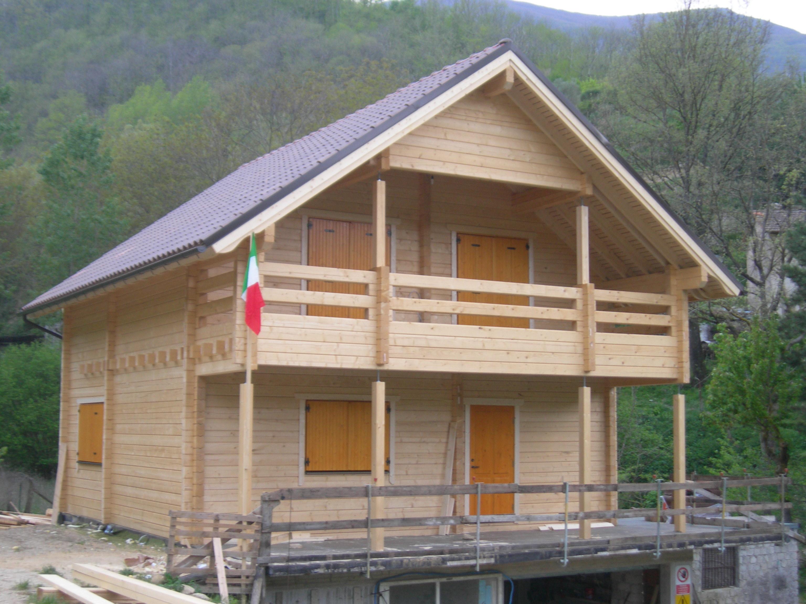 Case in legno in tronchi rotondi, in legno massiccio, in legno lamellare